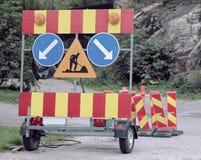 Les barrières et les signes de la réparation de mise en oeuvre travaillent à la route photo stock