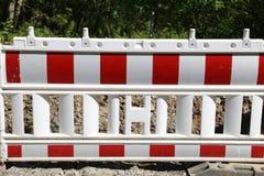 Les barrières spéciales bloquent outre du trafic pendant les réparations de route images stock