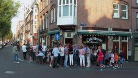Les bars à la place de Leidse - l'endroit de les plus populaires à Amsterdam - à AMSTERDAM - PAYS-BAS - 19 juillet 2017 banque de vidéos