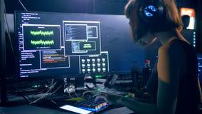 Les bases de données obtiennent entaillées par une jeune dame banque de vidéos