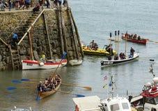 Les bateaux à rames trafiquent à l'entrée de port chez Clovelly, Devon Images libres de droits