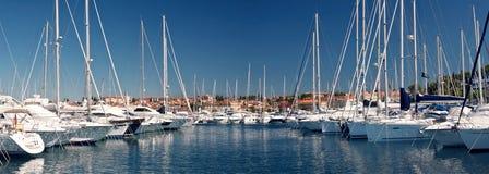Les bateaux à voile dans le port photographie stock libre de droits