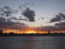 Les bateaux à voile ont amarré dans la marina adriatique dans le coucher du soleil Image stock