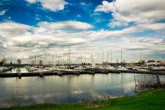 Les bateaux à voile ont hébergé à la marina Photographie stock libre de droits