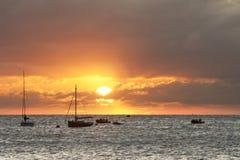 Les bateaux à voile sur l'horizon se sont baignés dans les rayons du soleil Images libres de droits