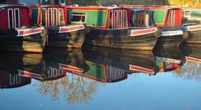 Les bateaux étroits ont amarré à Wrenbury sur le canal de Llangollen Image libre de droits