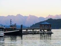 Les bateaux accouplés comme soleil entre vers le bas dans Gibsons, Colombie-Britannique, photos stock