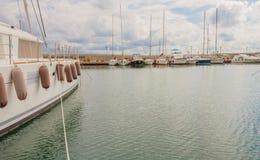 Les bateaux ancrés au port Photographie stock libre de droits