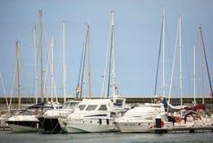 Les bateaux ancrés dans le port photo libre de droits