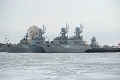 Les bateaux anti-sous-marins de la flotte navale baltique pendant l'hiver garent le jour nuageux de janvier Kronstadt image stock