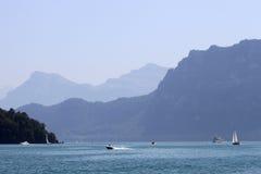 Les bateaux assortis sur Vierwaldstatter voient, la Suisse Photo stock