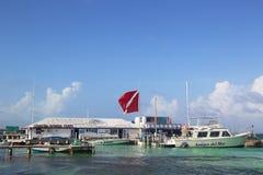 Les bateaux aux amis Del Mar s'accouplent dans San Pedro, Belize Image stock