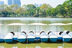 Les bateaux blancs de pédale sur le lac dans Lumpini se garent, la Thaïlande Images libres de droits