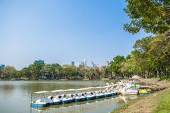 Les bateaux blancs de pédale sur le lac dans Lumpini se garent, la Thaïlande Image stock