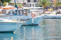 Les bateaux blancs ont ancré dans un port dans la ville photographie stock