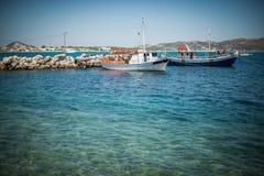 Les bateaux blancs s'approchent du brise-lames Photographie stock