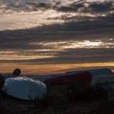 les bateaux côtiers échouent le ciel spécial de fond de nature de scène réglée du soleil Images stock