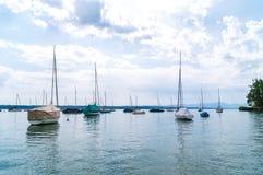 Les bateaux calmes sur le lac Starnberger voient l'Allemagne Images libres de droits