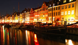 Les bateaux chez le Nyhavn hébergent dans la nuit, Copenhague Images stock