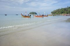 Les bateaux d'excursion se tiennent sur la plage de Kata, attendant les touristes photos stock