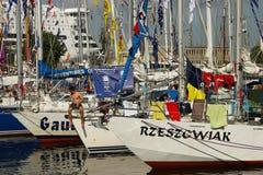 Les bateaux dans le port pendant les bateaux grands emballe Photos libres de droits