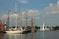 Les bateaux dans le port pendant les bateaux grands emballe Image stock