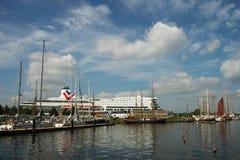 Les bateaux dans le port pendant les bateaux grands emballe Images stock