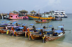 Les bateaux de cargaison et de plongée chez Tonsai hébergent à l'île de Phi Phi Don Photo libre de droits