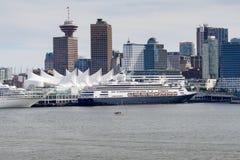 Les bateaux de croisière à l'endroit de Canada hébergent à Vancouver images stock