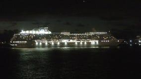Les bateaux de croisière arrivent dans le début de la matinée pi Lauderdale banque de vidéos