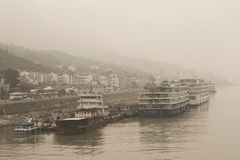 Les bateaux de croisière du fleuve Yangtze se sont accouplés parmi la pollution lourde en Chine Images libres de droits