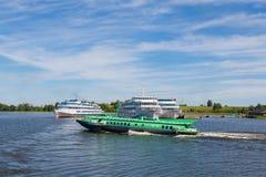 Les bateaux de croisière sont à l'île de Kizhi en Carélie en Russie Photo libre de droits