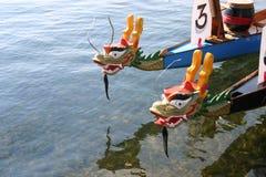 Les bateaux de dragon attendent la prochaine course dans Marais grand, Minnesota Photo libre de droits