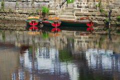 Les bateaux de location sur le fleuve apprêtent avec des réflexions Image libre de droits