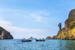 Les bateaux de Longtail ont amarré le flottement en mer d'andaman à l'île de roche de Koh Kai ou de poulet, Krabi, Thaïlande image libre de droits