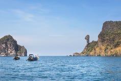 Les bateaux de Longtail ont amarré le flottement en mer d'andaman à l'île de roche de Koh Kai ou de poulet, Krabi, Thaïlande images libres de droits