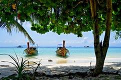 Les bateaux de longue queue à ao Loh Moo Dee échouent à l'île de Phi Phi Images libres de droits