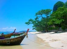 Les bateaux de longue queue dans Railay échouent, Krabi, mer d'andaman, Thaïlande photo stock