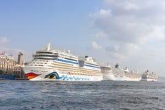 Les bateaux de luxe se sont accouplés dans le port d'Istanbul Photo stock