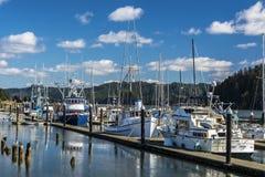 Les bateaux de pêche à Newport sur l'Orégon marchent Image stock