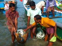 Les bateaux de pêche chez Marari échouent, le Kerala, Inde Image libre de droits
