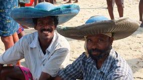 Les bateaux de pêche chez Marari échouent, le Kerala, Inde Photographie stock libre de droits