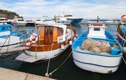 Les bateaux de pêche en bois ont amarré dans le port de Lacco Ameno Photographie stock libre de droits