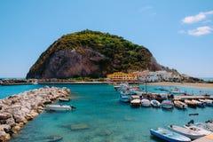 Les bateaux de pêche ont amarré chez Sant'Angelo, ischions, Italie Image libre de droits