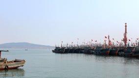 Les bateaux de pêche ont amarré dans le port au crépuscule Photographie stock