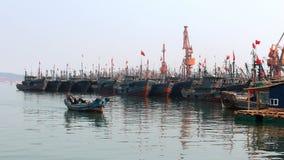 Les bateaux de pêche ont amarré dans le port au crépuscule Photos libres de droits