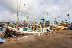Les bateaux de pêche se tiennent dans le port de Beruwala, Sri Lanka Image stock