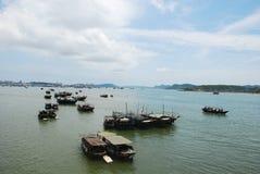 Les bateaux de pêche sont retournés Images libres de droits