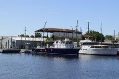 Les bateaux de pêche sur l'éponge s'accouple dans Tarpon Springs, la Floride Images libres de droits