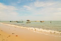 Les bateaux de pêche thaïlandais de longue queue ont amarré chez Koh Samui Photographie stock